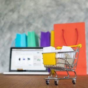 Computador com venda online na tela